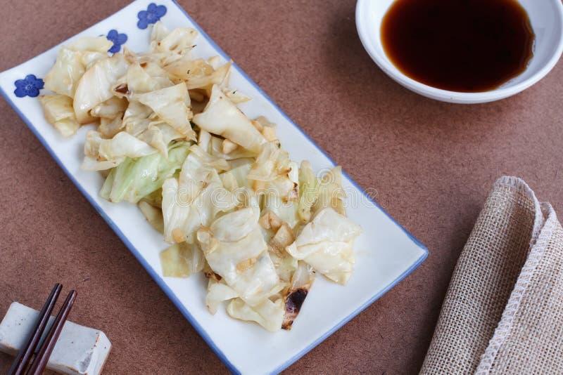 Ανακατώνω-τηγανισμένο λάχανο με τη σάλτσα ψαριών στοκ εικόνα