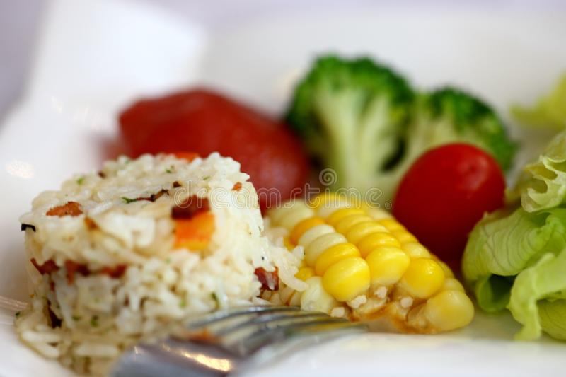 Ανακατώνω-τηγανισμένο ρύζι με τα φρέσκα λαχανικά στοκ εικόνες
