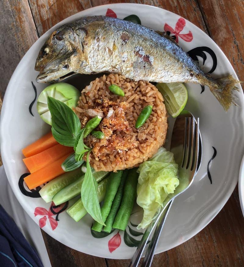 Ανακατώνω-τηγανισμένο ρύζι με την κόλλα τσίλι και το παν-τηγανισμένο σκουμπρί και τα φρέσκος-μαγειρευμένα λαχανικά στοκ φωτογραφία με δικαίωμα ελεύθερης χρήσης