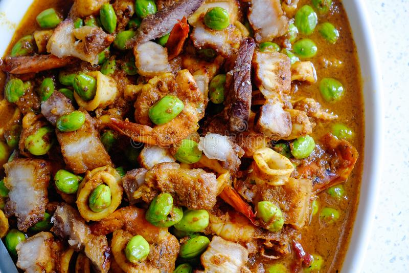 Ανακατώνω-τηγανισμένο στριμμένο φασόλι συστάδων με τις γαρίδες/πικρά φασόλι και Cri στοκ εικόνες
