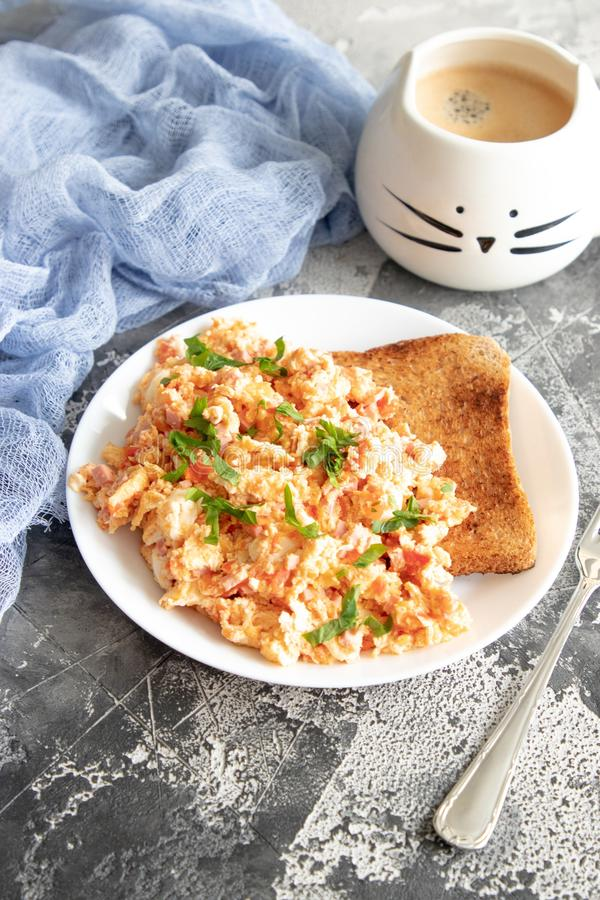 Ανακατώστε τα αυγά με την ντομάτα και το μαϊντανό στοκ φωτογραφίες με δικαίωμα ελεύθερης χρήσης