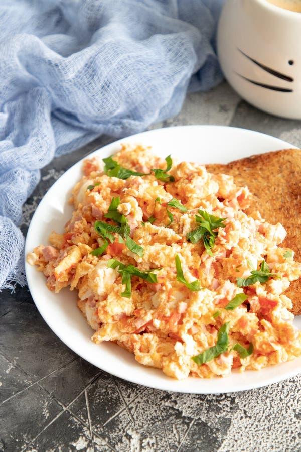 Ανακατώστε τα αυγά με την ντομάτα και το μαϊντανό στοκ εικόνες με δικαίωμα ελεύθερης χρήσης