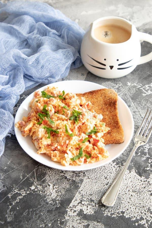 Ανακατώστε τα αυγά με την ντομάτα και το μαϊντανό στοκ φωτογραφία με δικαίωμα ελεύθερης χρήσης