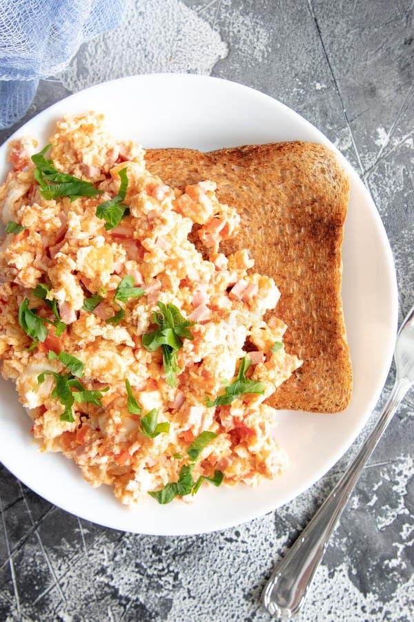 Ανακατώστε τα αυγά με την ντομάτα και το μαϊντανό στοκ φωτογραφίες