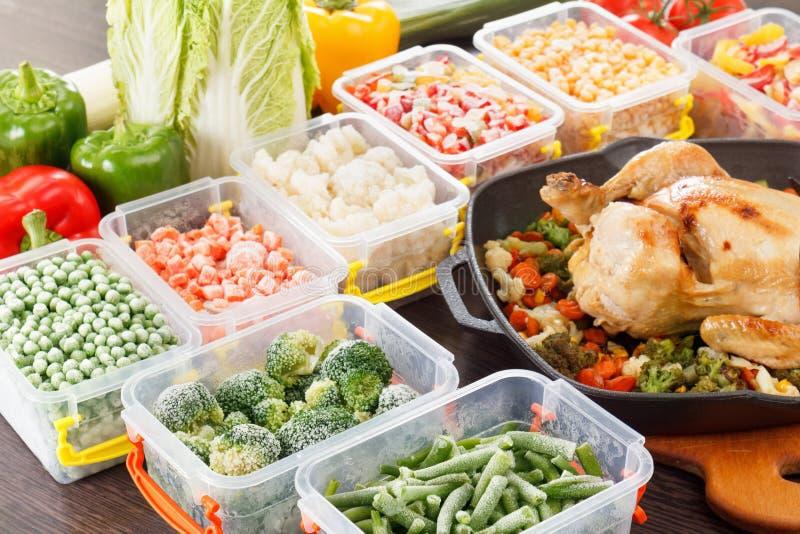 Ανακατώστε τα λαχανικά τηγανητών παγωμένα και που ψήνονται τρόφιμα κοτόπουλου στοκ εικόνες με δικαίωμα ελεύθερης χρήσης