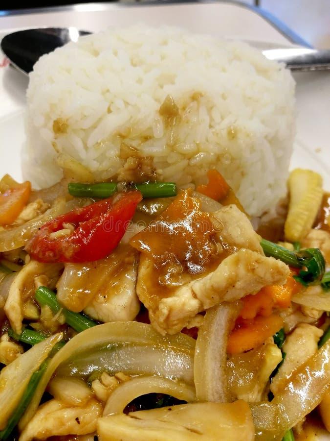 Ανακατώστε τα μικτά λαχανικά στη σάλτσα στρειδιών με το κοτόπουλο στο βρασμένο στον ατμό ρύζι στοκ εικόνες