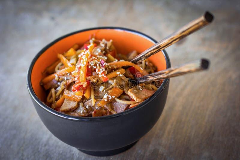 Ανακατώστε τα τηγανητά, ασιατικό γεύμα κουζίνας στοκ εικόνα