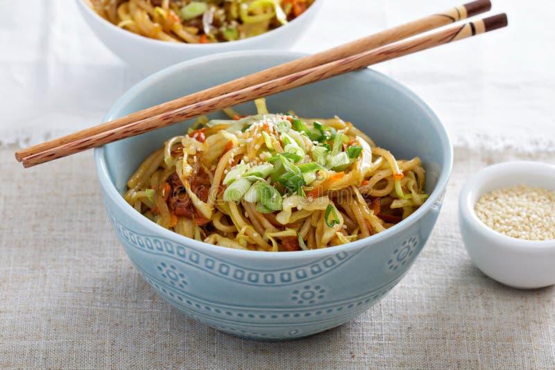 Ανακατώστε τα τηγανητά με τα νουντλς, το λάχανο και το καρότο στοκ εικόνα με δικαίωμα ελεύθερης χρήσης