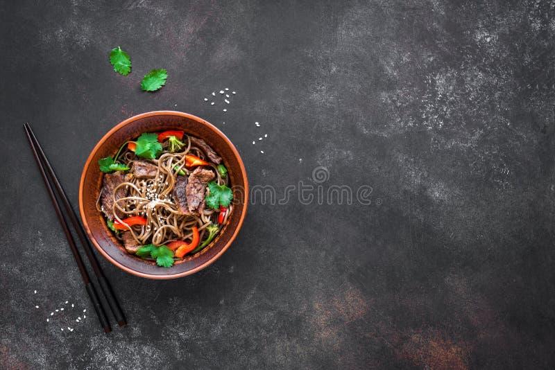 Ανακατώστε τα τηγανητά με το βόειο κρέας και το soba στοκ φωτογραφία