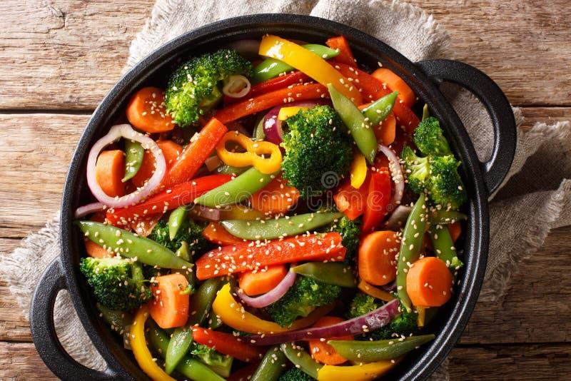 Ανακατώστε τα τηγανητά των λαχανικών με την κινηματογράφηση σε πρώτο πλάνο σουσαμιού σε ένα κύπελλο στον πίνακα, αγροτικά οριζόντ στοκ φωτογραφίες με δικαίωμα ελεύθερης χρήσης