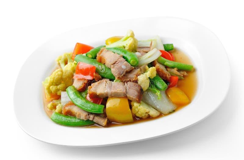 Ανακατώστε τα τηγανισμένα λαχανικά στο άσπρο πιάτο στοκ εικόνες