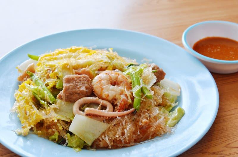 Ανακατώστε τα τηγανισμένα θαλασσινά και το αυγό sukiyaki με τη σάλτσα στοκ εικόνες