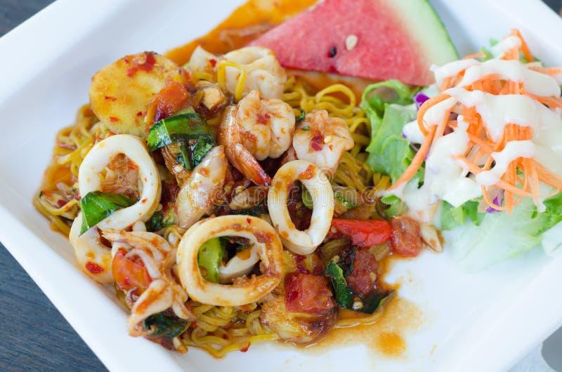 Ανακατώστε τα τηγανισμένα μακαρόνια με τη σάλτσα του Tom Yum στοκ εικόνες