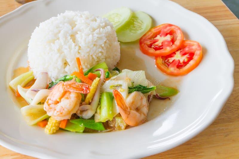 Ανακατώστε τα τηγανισμένα μικτά λαχανικά με τα θαλασσινά στοκ εικόνες με δικαίωμα ελεύθερης χρήσης