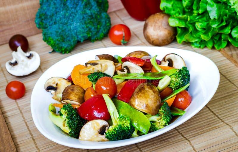 Ανακατώστε τα τηγανισμένα μικτά λαχανικά στοκ εικόνες