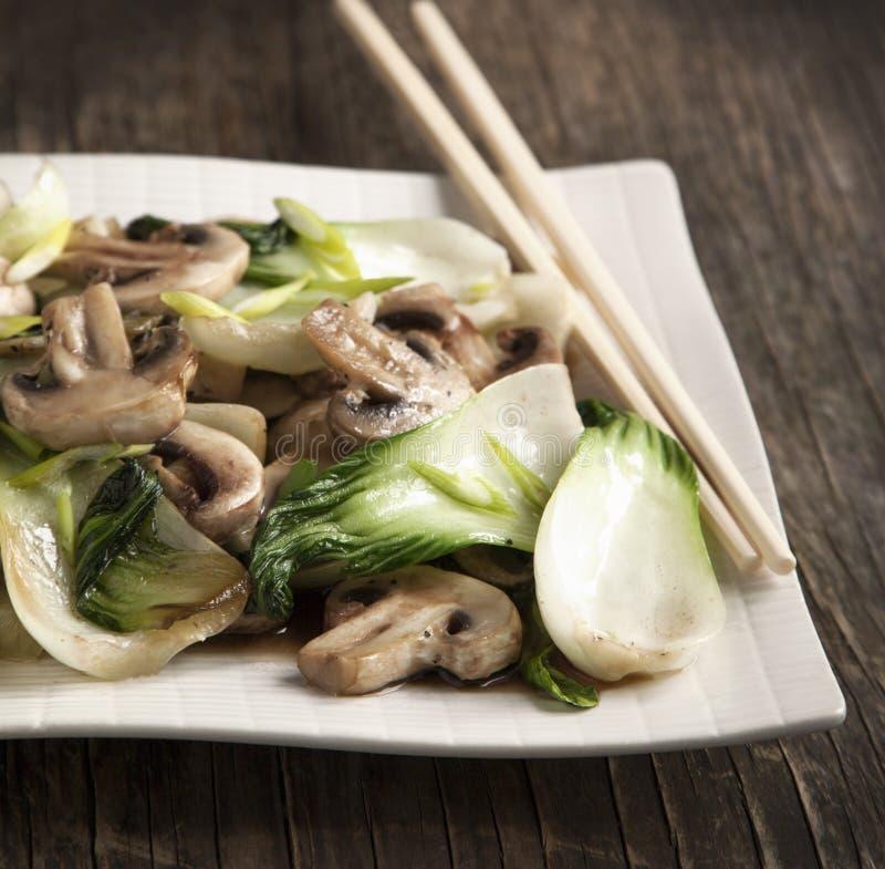 Ανακατώστε τηγανισμένο bok choy με τα μανιτάρια στοκ εικόνα με δικαίωμα ελεύθερης χρήσης