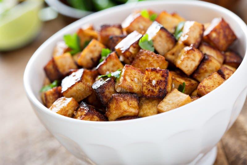 Ανακατώστε τηγανισμένο tofu σε ένα κύπελλο στοκ εικόνες