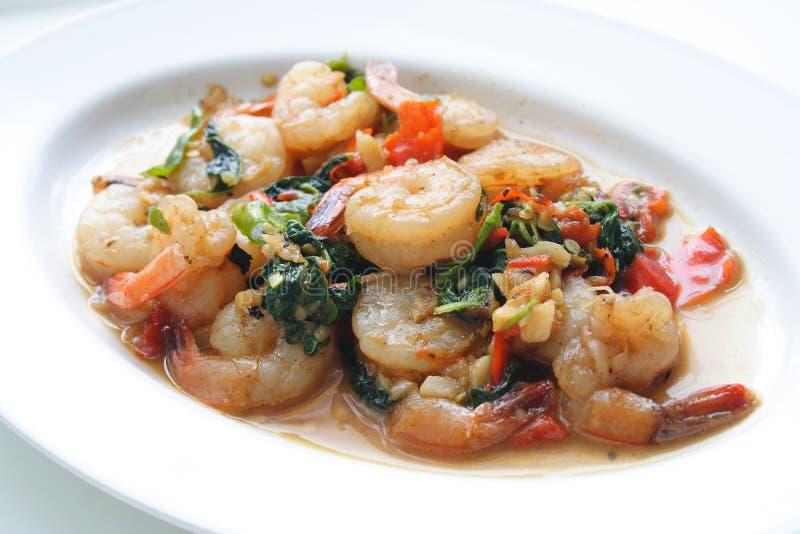 Ανακατώστε τις τηγανισμένες γαρίδες με το βασιλικό, ταϊλανδικά τρόφιμα στοκ φωτογραφία με δικαίωμα ελεύθερης χρήσης