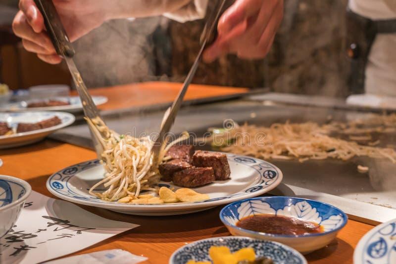 Ανακατώστε τον τηγανισμένο νεαρό βλαστό φασολιών με την μπριζόλα βόειου κρέατος του Kobe στοκ φωτογραφίες