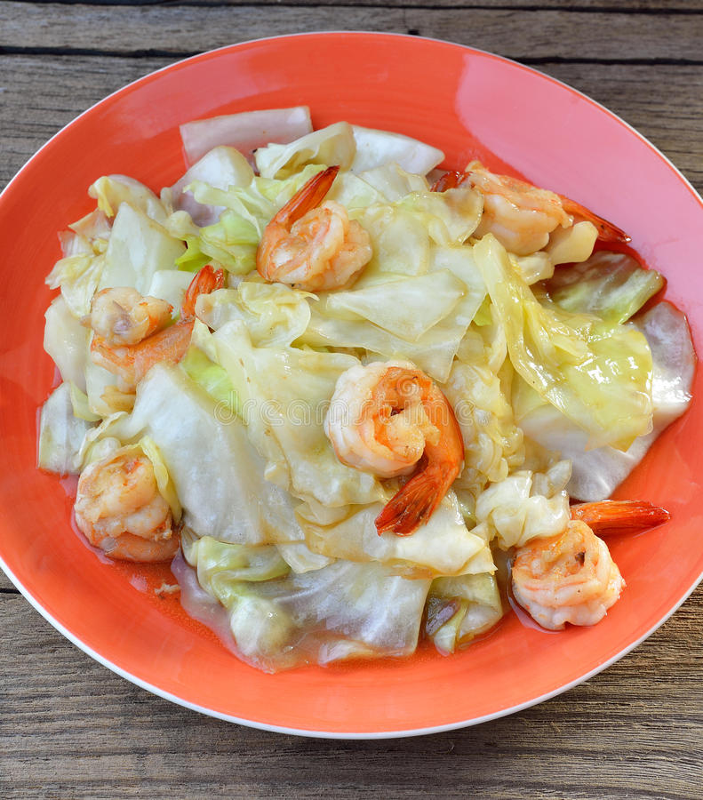 Ανακατώστε το λάχανο τηγανητών με τις γαρίδες, ταϊλανδικά τρόφιμα στοκ εικόνες