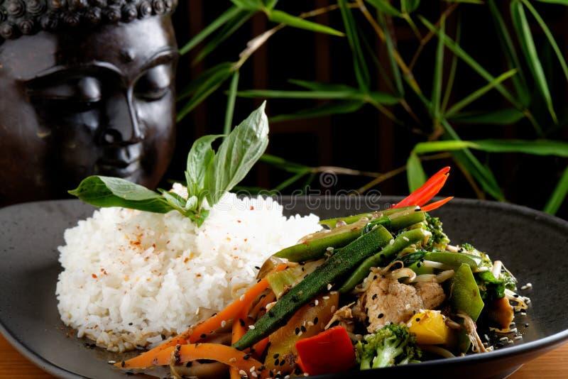 Ανακατώστε το λαχανικό/το κοτόπουλο τηγανητών με το ρύζι στοκ εικόνα