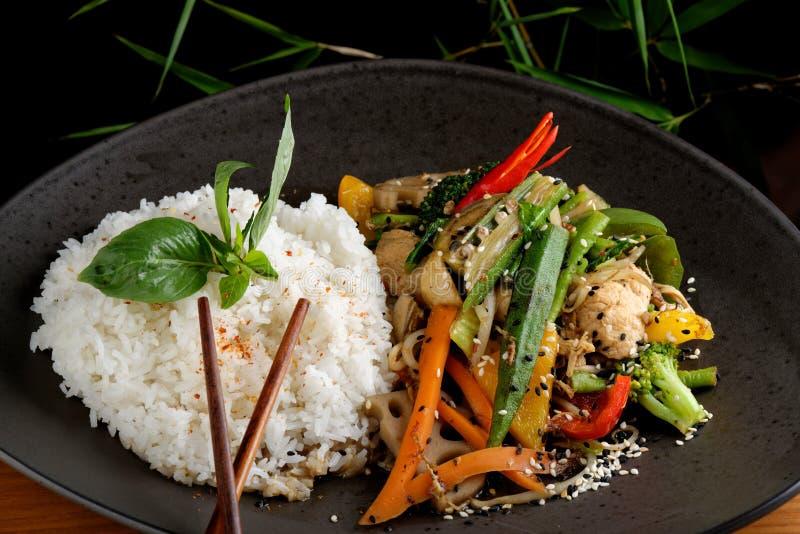 Ανακατώστε το λαχανικό/το κοτόπουλο τηγανητών με το ρύζι στοκ εικόνα με δικαίωμα ελεύθερης χρήσης