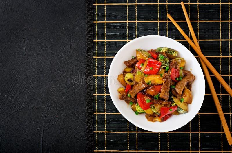 Ανακατώστε το βόειο κρέας τηγανητών, γλυκά πιπέρια, κολοκύθια στοκ φωτογραφία