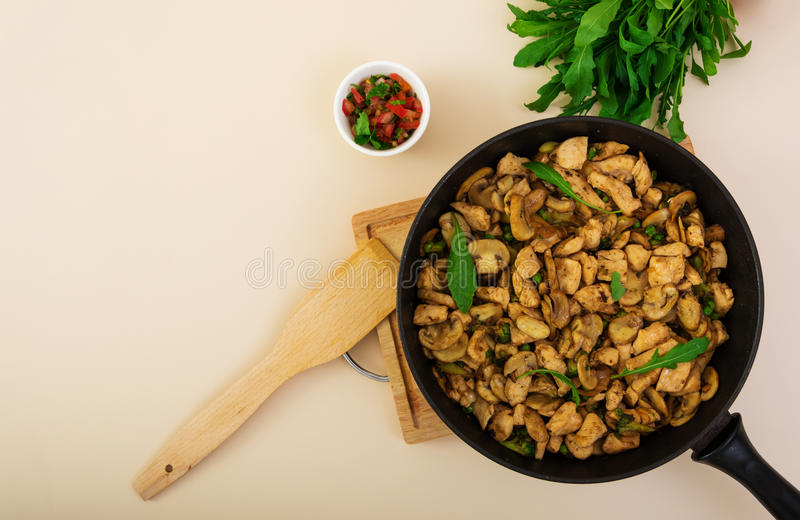 Ανακατώστε το κοτόπουλο τηγανητών με το μπρόκολο Τοπ όψη στοκ φωτογραφία με δικαίωμα ελεύθερης χρήσης