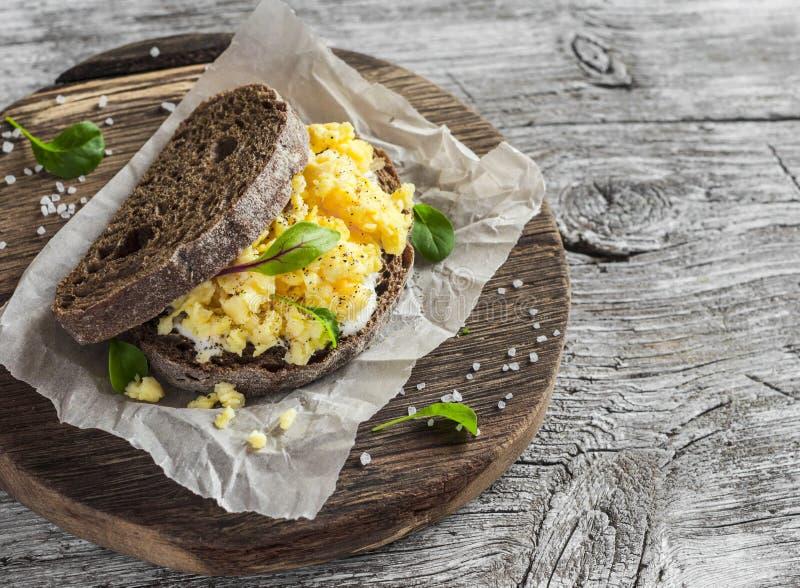 Ανακατώστε το σάντουιτς αυγών στο αγροτικό ξύλινο υπόβαθρο στοκ εικόνες με δικαίωμα ελεύθερης χρήσης