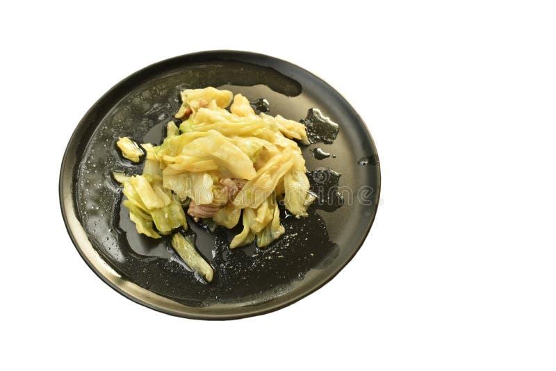 Ανακατώστε το τηγανισμένα λάχανο και το χοιρινό κρέας φετών με τη σάλτσα ψαριών στο πιάτο στοκ φωτογραφία με δικαίωμα ελεύθερης χρήσης