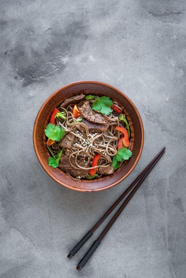 Ανακατώστε το τηγανισμένα soba και το βόειο κρέας στοκ εικόνες με δικαίωμα ελεύθερης χρήσης