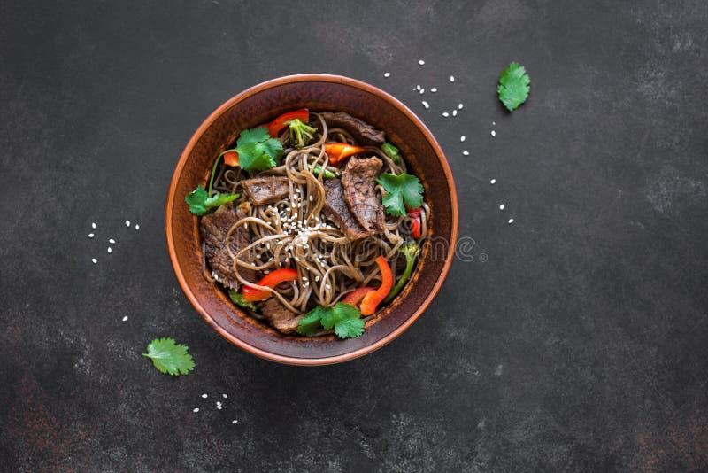Ανακατώστε το τηγανισμένα soba και το βόειο κρέας στοκ εικόνες