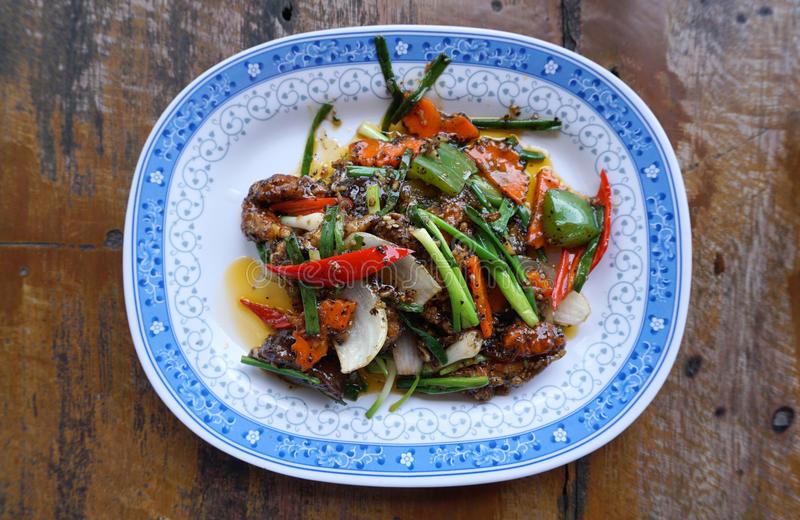 Ανακατώστε το τηγανισμένο καβούρι με τη μαύρη σάλτσα πιπεριών στοκ εικόνα