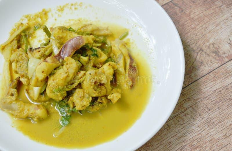 Ανακατώστε το τηγανισμένο καλαμάρι με το κίτρινο κάρρυ στο πιάτο στοκ εικόνα με δικαίωμα ελεύθερης χρήσης