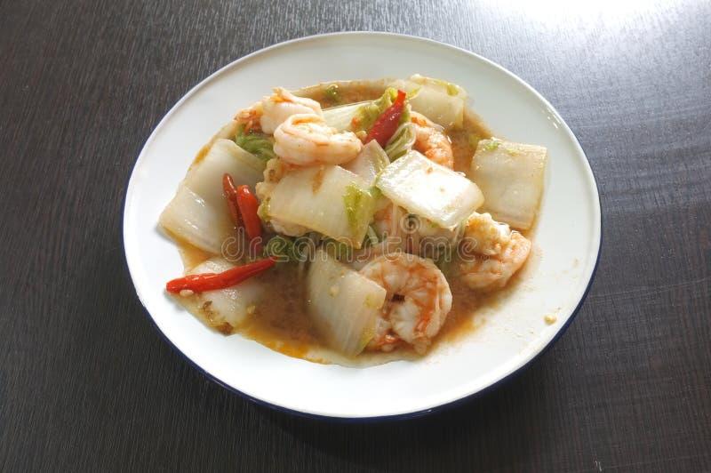 Ανακατώστε το τηγανισμένο κινεζικό λάχανο με τις γαρίδες στοκ εικόνες