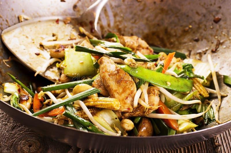 Ανακατώστε το τηγανισμένο κοτόπουλο με τα λαχανικά στοκ εικόνα με δικαίωμα ελεύθερης χρήσης