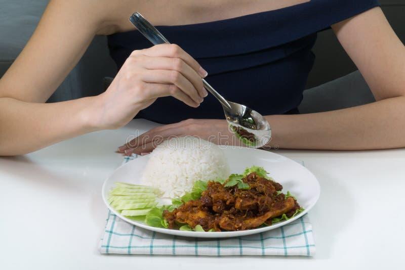 Ανακατώστε το τηγανισμένο κοτόπουλο με lemongrass στοκ εικόνα με δικαίωμα ελεύθερης χρήσης