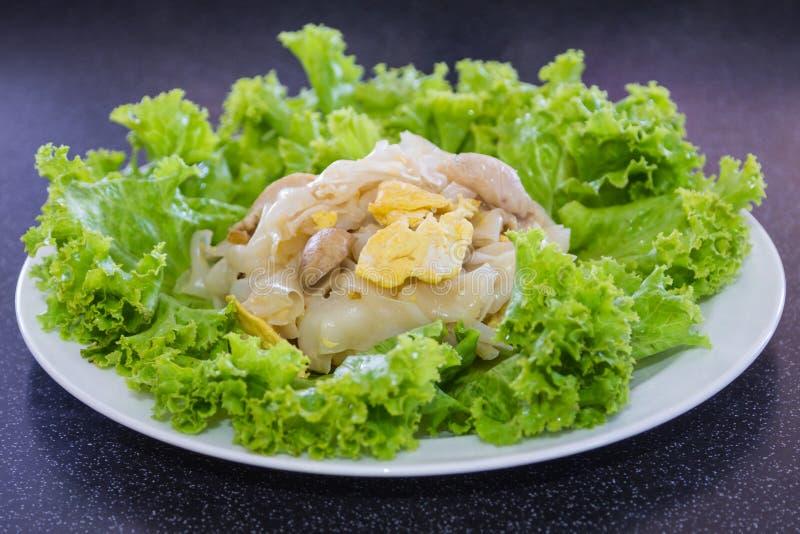 Ανακατώστε το τηγανισμένο νουντλς ρυζιού με το κοτόπουλο στοκ φωτογραφία