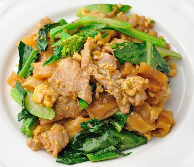 Ανακατώστε το τηγανισμένο νουντλς ρυζιού με το χοιρινό κρέας στοκ εικόνες