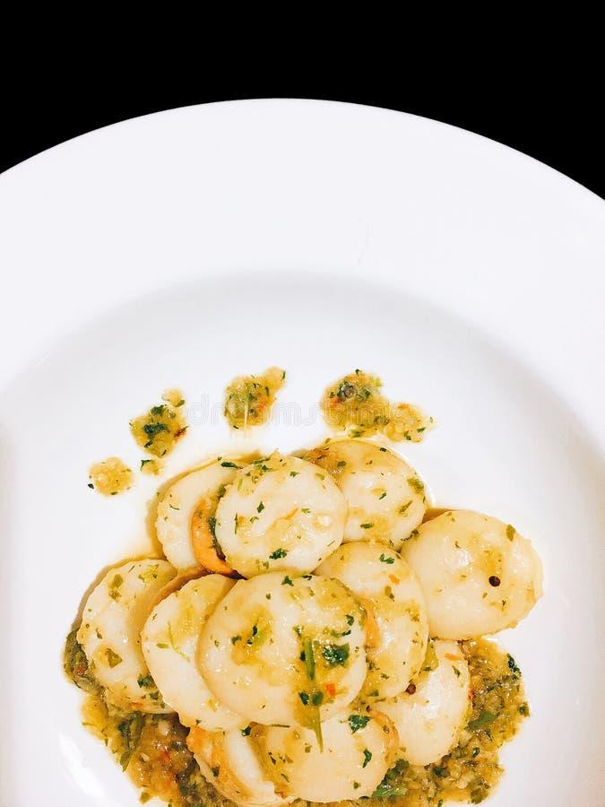 Ανακατώστε το τηγανισμένο όστρακο με το βούτυρο σκόρδου στο Μαύρο που απομονώνεται στοκ φωτογραφίες με δικαίωμα ελεύθερης χρήσης