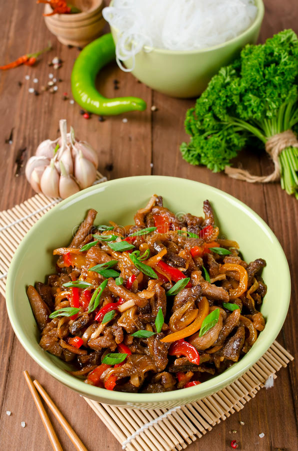 Ανακατώστε το χοιρινό κρέας τηγανητών, τα γλυκά πιπέρια, τα κρεμμύδια και το σκόρδο στοκ φωτογραφία με δικαίωμα ελεύθερης χρήσης