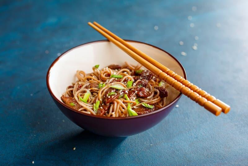 Ανακατώστε το yakisoba νουντλς τηγανητών με το βόειο κρέας στοκ εικόνα με δικαίωμα ελεύθερης χρήσης