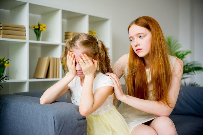 Ανακουφίζοντας κόρη μητέρων στοκ φωτογραφία με δικαίωμα ελεύθερης χρήσης