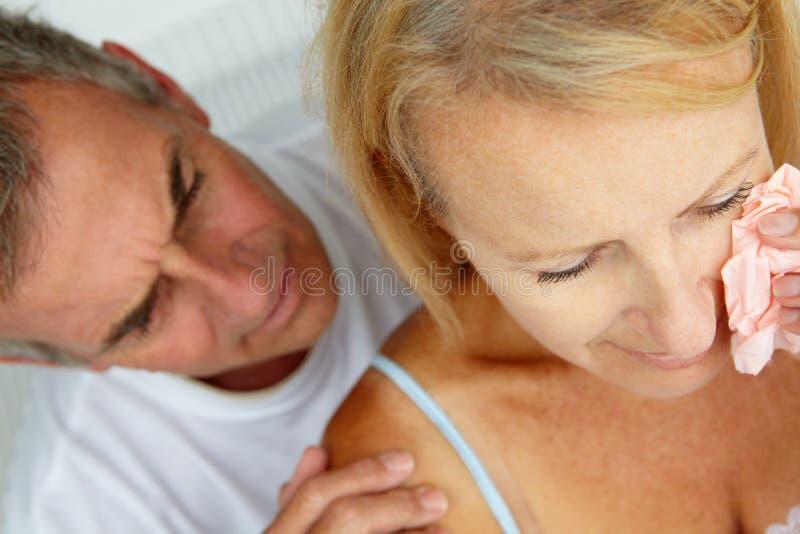 Ανακουφίζοντας φωνάζοντας σύζυγος ατόμων στοκ εικόνες
