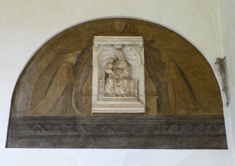 Ανακούφιση της Mary με το νήπιο Ιησούς σε έναν τοίχο του μοναστηριού των βατράχων στη Σάντα Μαρία delle Grazie, Μιλάνο, Ιταλία στοκ φωτογραφία με δικαίωμα ελεύθερης χρήσης