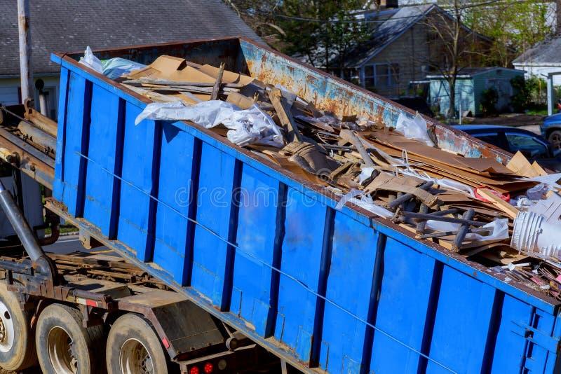 ανακυκλώνοντας απόβλητα φόρτωσης φορτηγών συλλεκτών απορριμάτων και μετακινούμενο εμπορευματοκιβώτιο στοκ εικόνα