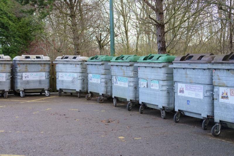 Ανακυκλώνοντας το πράσινο καφετί σαφές εμπορευματοκιβώτιο χάλυβα τράπεζας μπουκαλιών γυαλιού σώστε το περιβάλλον και τις εγκαταστ στοκ εικόνες