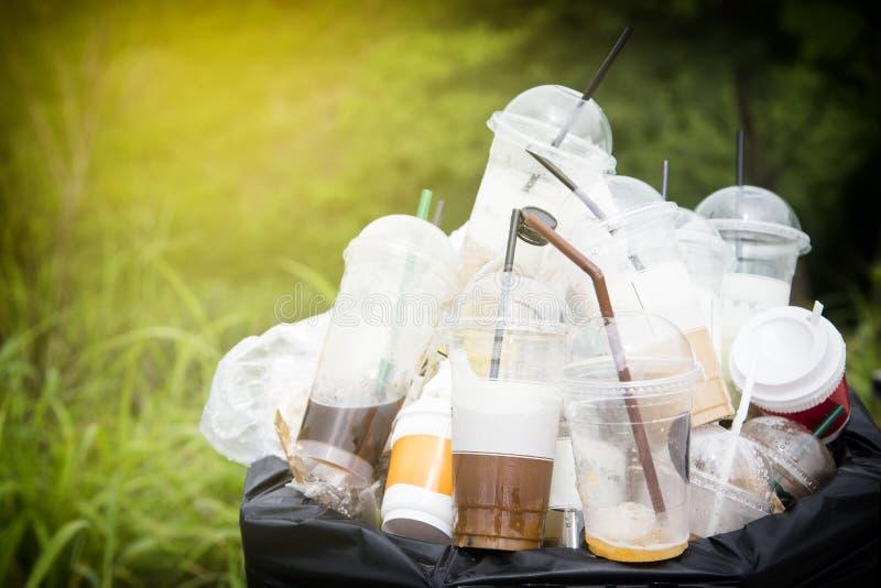 Ανακυκλώσιμα απορρίματα του γυαλιού και των πλαστικών μπουκαλιών στο δοχείο σκουπιδιών Εκλεκτικό πλαστικό μπουκάλι εστίασης στα α στοκ εικόνες
