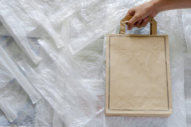 Ανακυκλώστε την τσάντα εγγράφου eco πάνω από το άσπρο πλαστικό Επαναχρησιμοποίηση και ανακύκλωσης για την έννοια παγκόσμιου περιβ στοκ εικόνα με δικαίωμα ελεύθερης χρήσης
