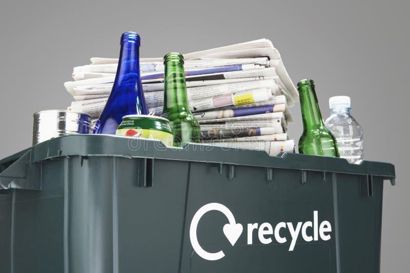 Ανακυκλώνοντας το δοχείο που γεμίζουν με τα άχρηστα χαρτιά και την κινηματογράφηση σε πρώτο πλάνο μπουκαλιών στοκ εικόνα με δικαίωμα ελεύθερης χρήσης